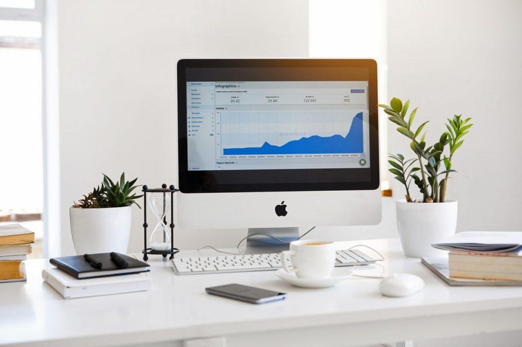 Монитор с графиком роста трафика сайта для статьи Google обновил инструкции по оценке качества сайтов.