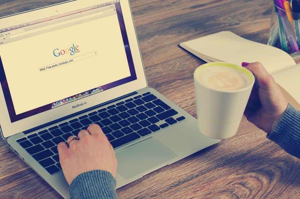 На экране ноутбука стартовая страница поиска Google, эксперты Searchmetrics дают рекомендации по SEO оптимизации на 2019 год