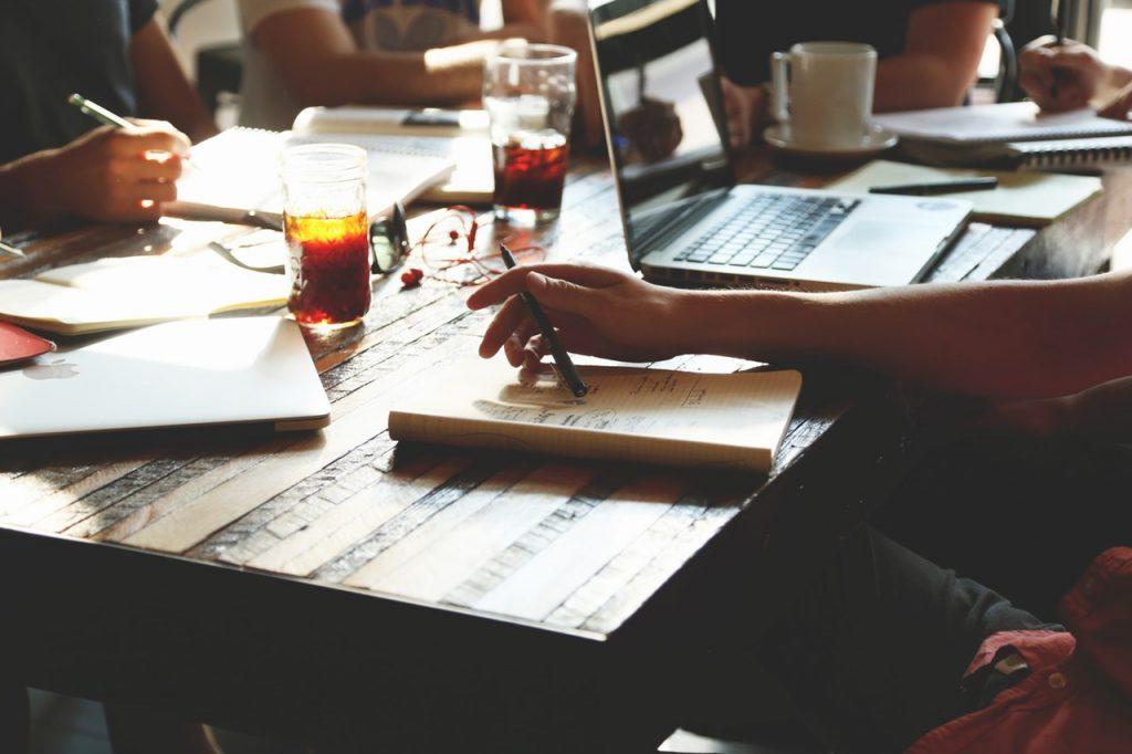 команда обсуждает контент на совещании