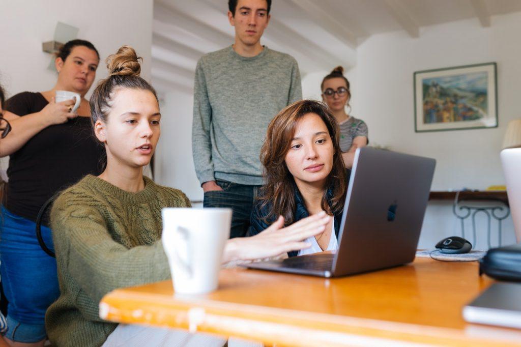 команда обсуждает методы создания контента